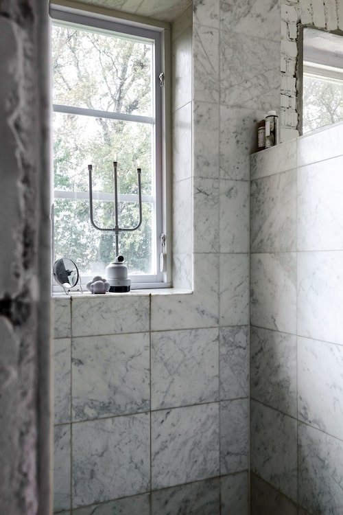 Lyxig carraramarmor i duschen.
