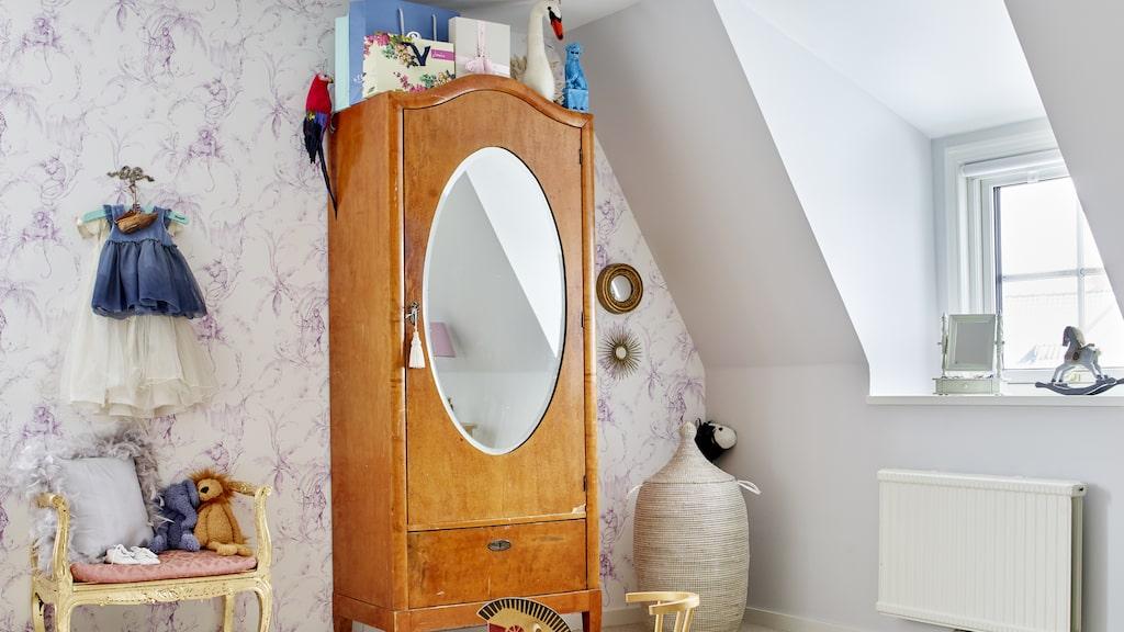 Andreas rum är inrett med mjuk heltäckningsmatta, prefekt att leka på. Tapet Barbary toile från Nina Campbell. Skåpet är ett auktionsfynd.