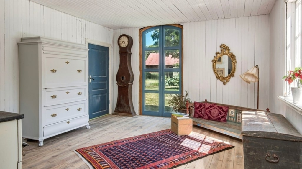 Ett av de två allrummen ligger i en tillbyggd vinkelbyggnad, kanske läge för att skapa ett orangeri eller varför inte en ateljé? Utgång till trädgården sker genom glasade altandörrar.
