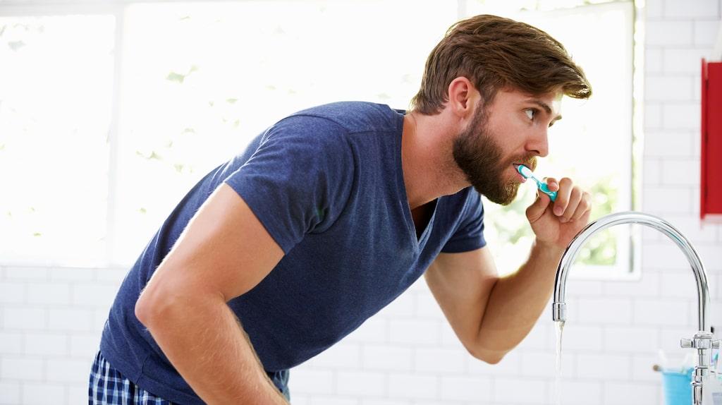 Att borsta tänderna innan man dricker rödvin kan vara förebyggande.