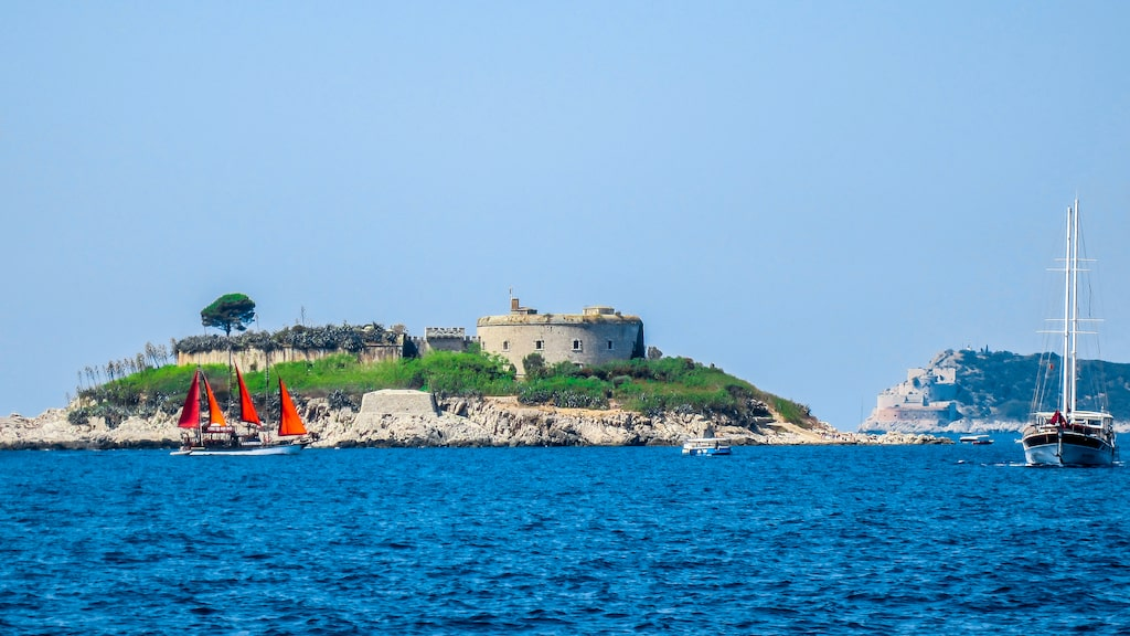 Fortet ligger på ön Lastavica i Montenegros skärgård.