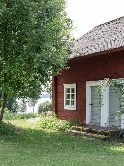 Även den gamla knuttimrade ladugården har renoverats, här är tanken att det så småningom ska bli charmiga gästrum.