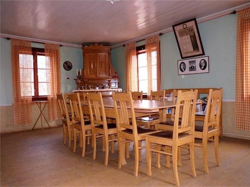 På nedervåningen samsas köket med matsal, kökskammare, hall och finrum.