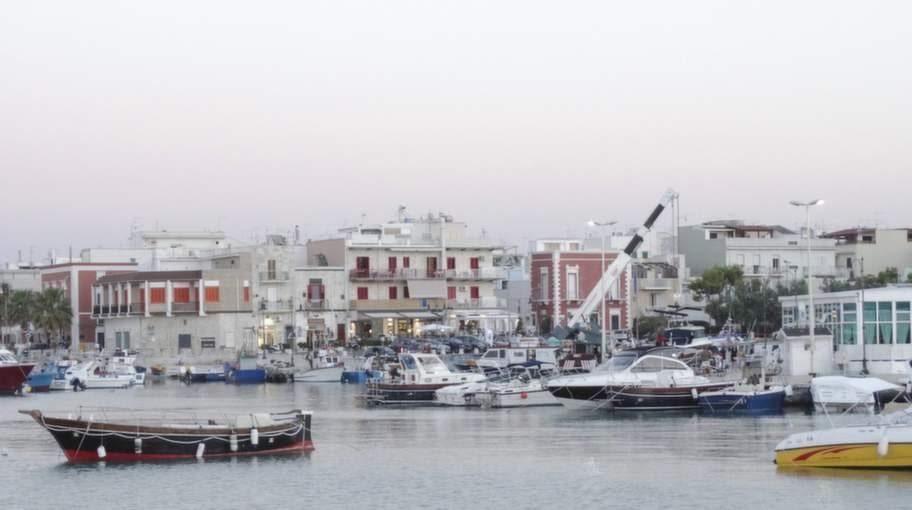 Bari är huvudort i provinsen Bari och i regionen Apulien i Italien, belägen vid Adriatiska havet.