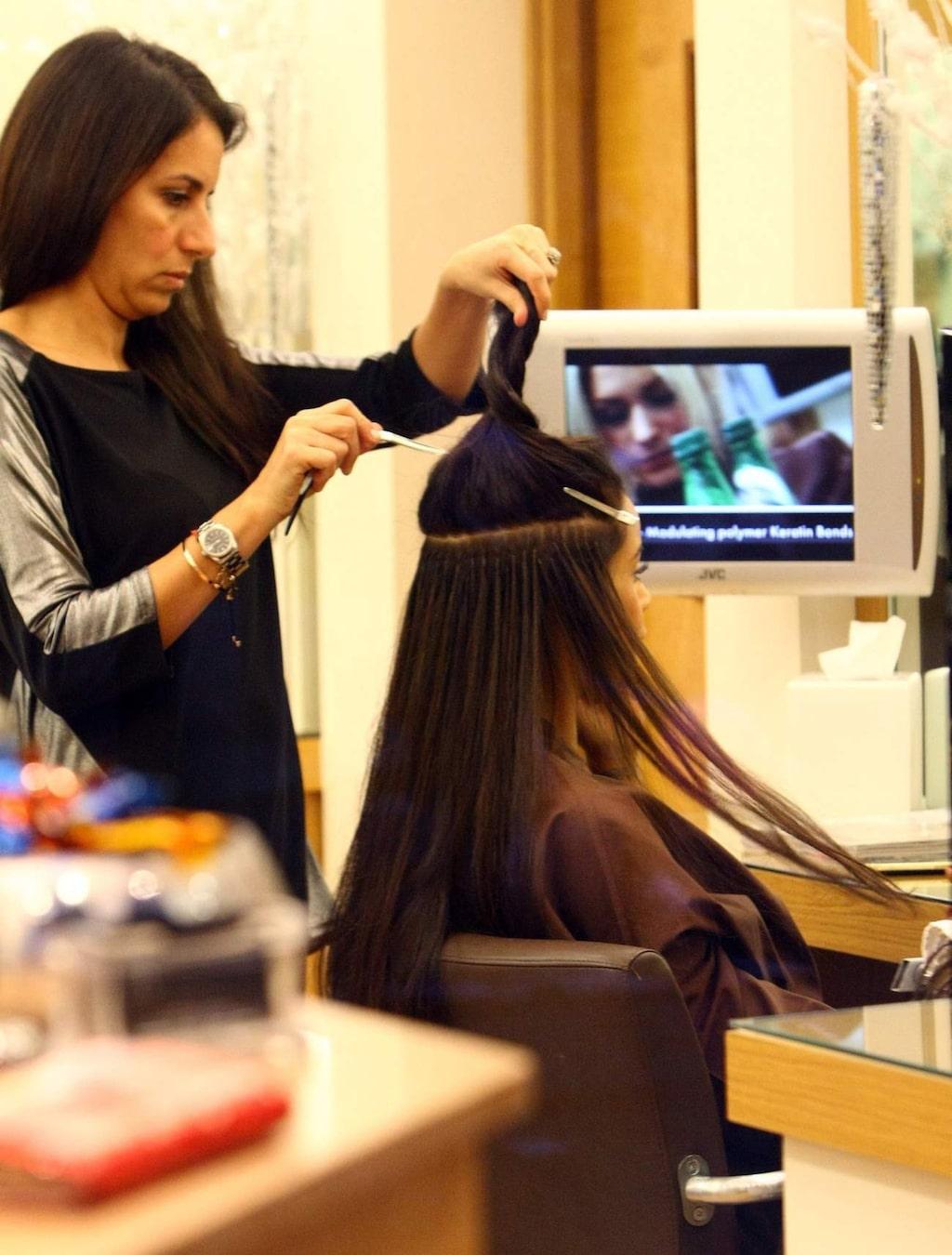 Här får stjärnan Rochelle Wiseman hjälp med hårförlängning på en salong i London.