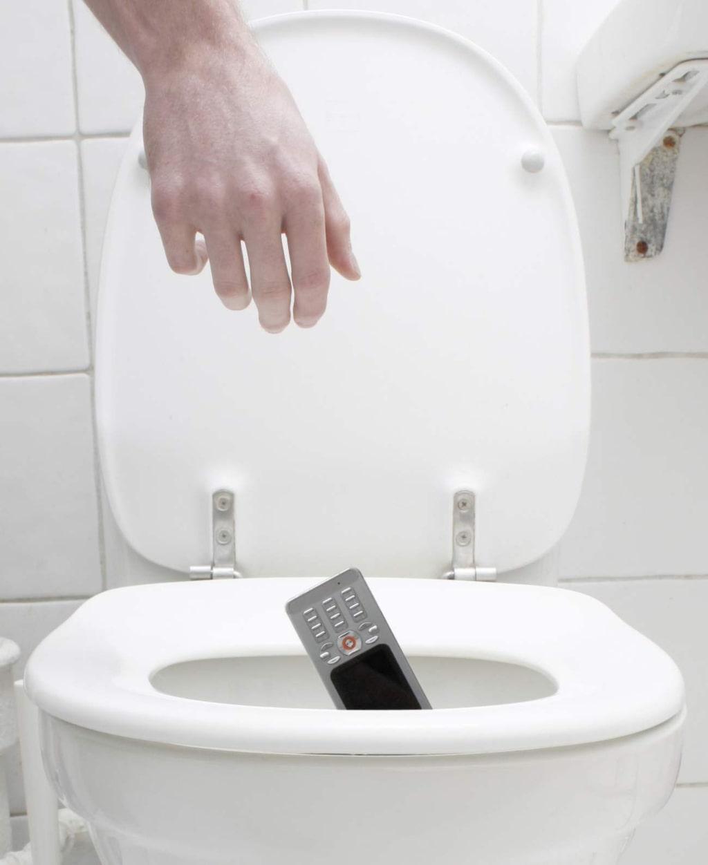 Enligt Trygghansa tappar hundratals personer sin mobiltelefon i toaletten varje år.