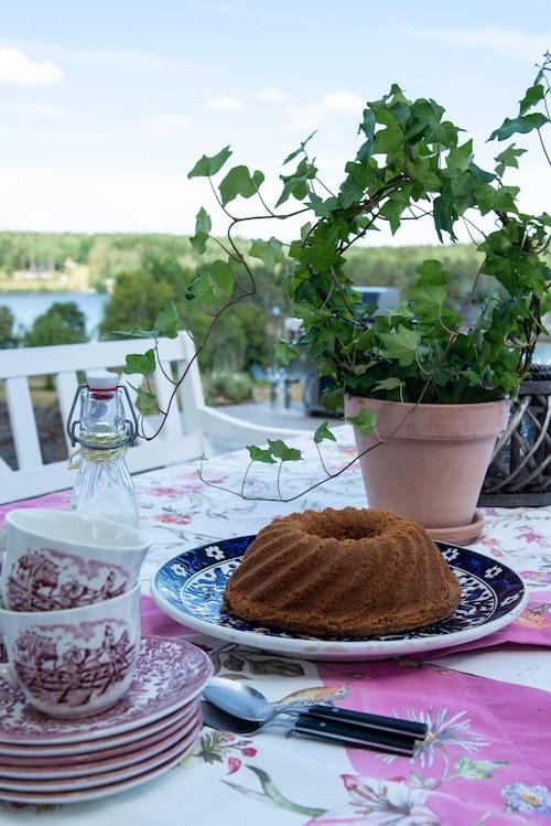 Fikadags. Engelskt porslin och bordsduk från Zara Home.