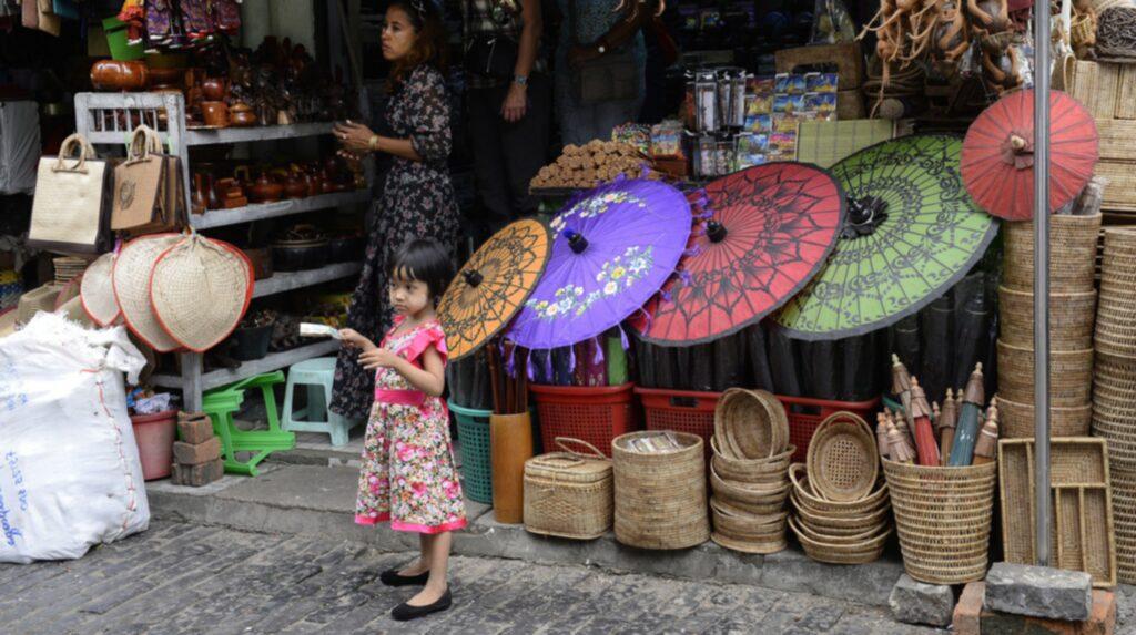 <p>Gå på en lokal marknad.</p>