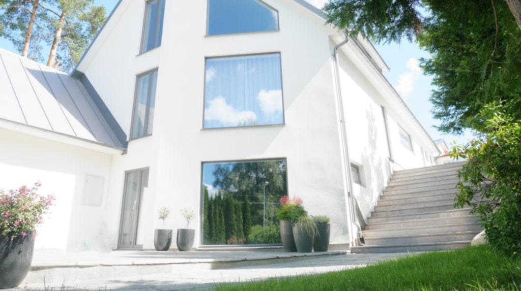 Här är ett av Bygglovs-Mattes projekt, ett 200 kvadratmeters stort trädäck utanför villan i Sollentuna.