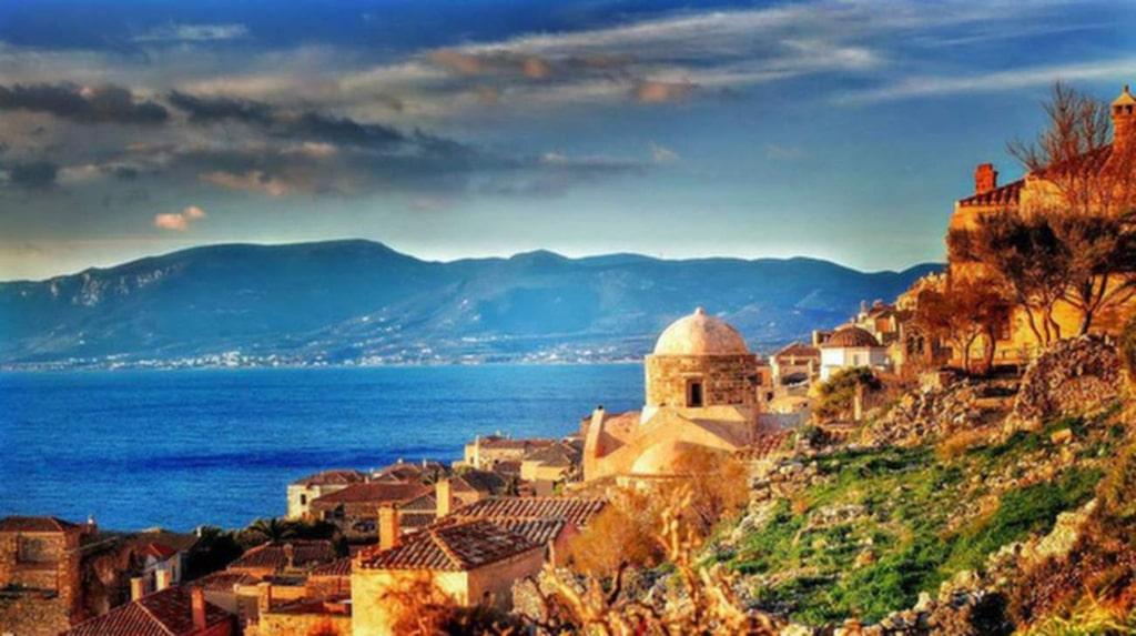 <p>Grekiska Monemvasia står praktfullt i soluppgången.</p>