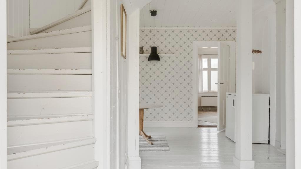 Huset är renoverat och har fått ljusare väggar och golv.