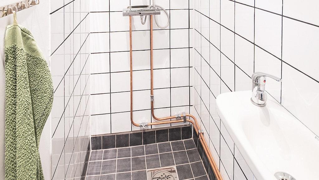 Det helkaklade badrummet har till och med dusch.