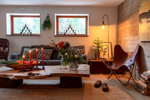 Soffbord i handgjord ek, Reclaimdof. Fjärilsfåtöljen köptes i en inredningsbutik på Kungsholmen för länge sedan.