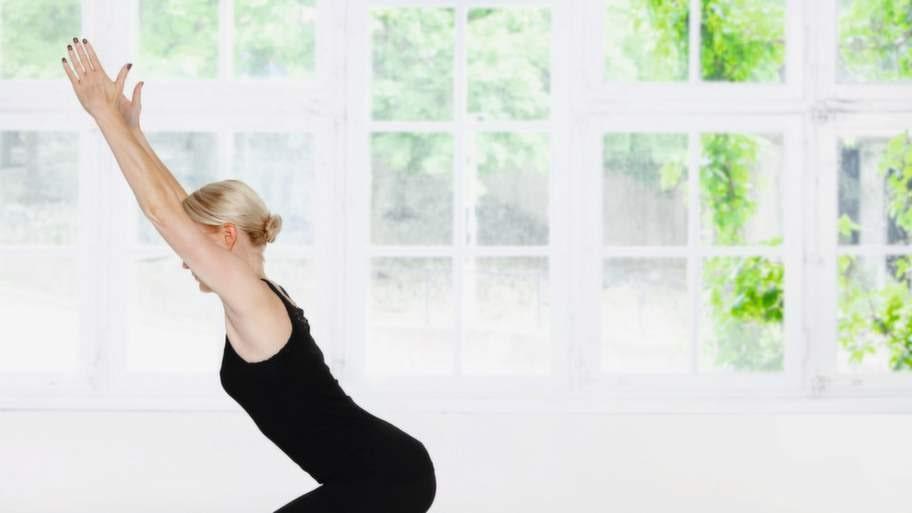 <strong>5 Glöd- position</strong><br>Från Hunden går du försiktigt framåt tills du står upprätt på fötterna. Andas ut och böj djupt på benen, andas och lyft sakta överkroppen och armarna mot taket. Förenkla genom att sätta händerna på höften, eller avancera genom att komma in i en vridning först åt ena sidan, därefter åt andra sidan. Undvik att lägga vikten fram på tårna utan låt höften komma bakåt så du känner benen arbeta. <strong>FORTSÄTT TILL NÄSTA BILD - DE HÖR IHOP.</strong>
