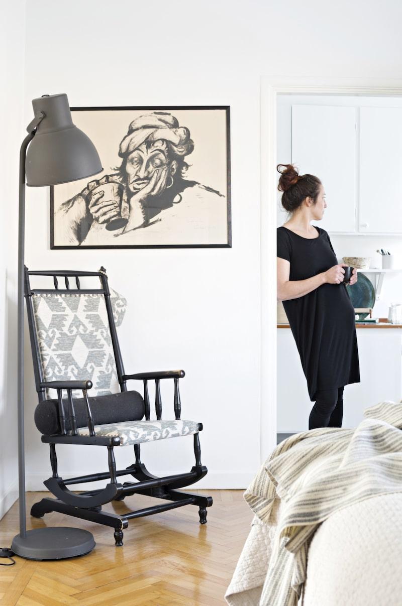 Gungstolen i sovrummet har Anna ärvt av sin mormor och klätt i tyg från Linwood. Lampa från Ikea.