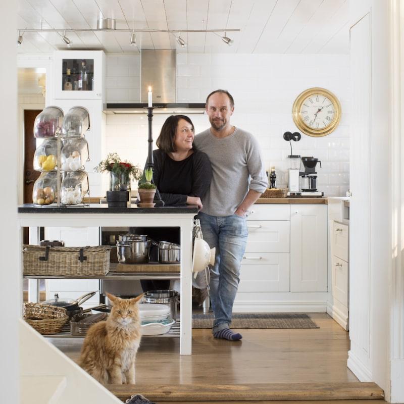 Vid köksön. Köksön har Anders byggt själv, bland annat med duschstänger av metall och en skiva från ett gammalt soffbord. Godisstället är antikt, och passar perfekt för livsmedel man vill ha nära till hands. Väggklockan kommer från Mio.