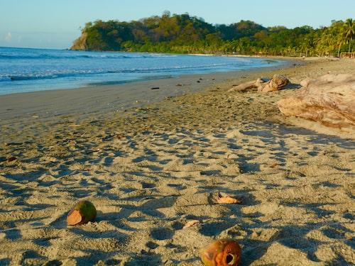 Vid den lilla fiskebyn Sámara finns det milsvida stränder med kokosnötter.