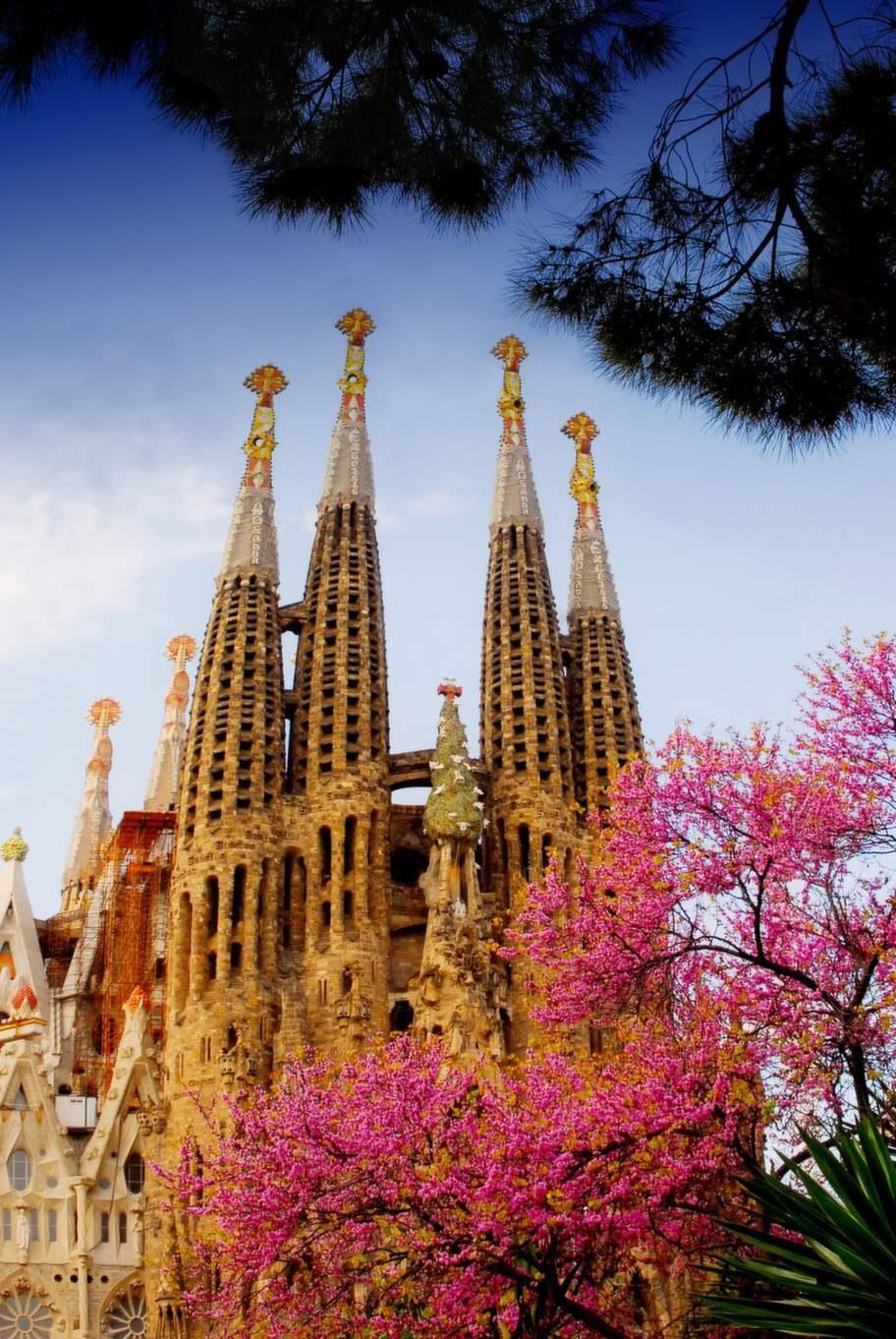 Den efter 80 år ännu ej färdigbyggda kyrkan Sagrada Familia är Antoni Gaudís främsta verk.