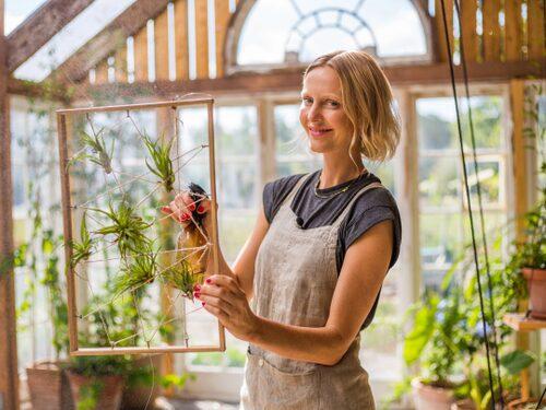 Malin Persson skapar inredning utifrån de prylar hon hittar på den övergivna gården.