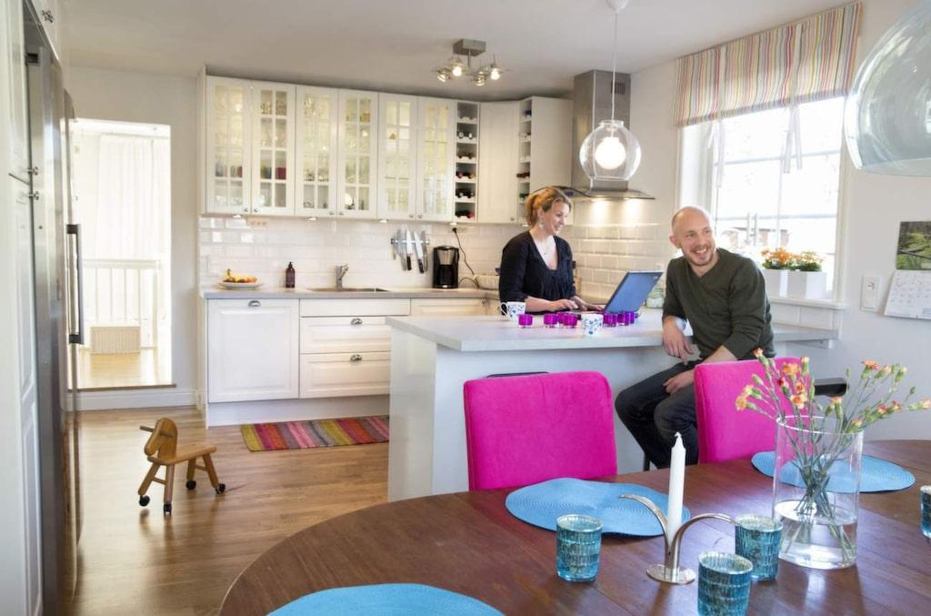 Anna Wisén och Richard Djurman valde ett vitt kök i lantlig stil med plats för många.