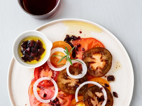 Tomater och rött vin passar egentligen inte ihop, enligt den gamla vinregelboken. Kocken och journalisten tipsar om smaker som gifter sig fint.