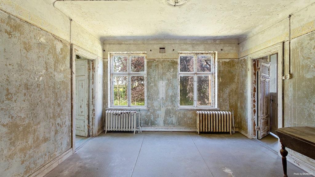 Den gamla matsalen med två radiatorer.