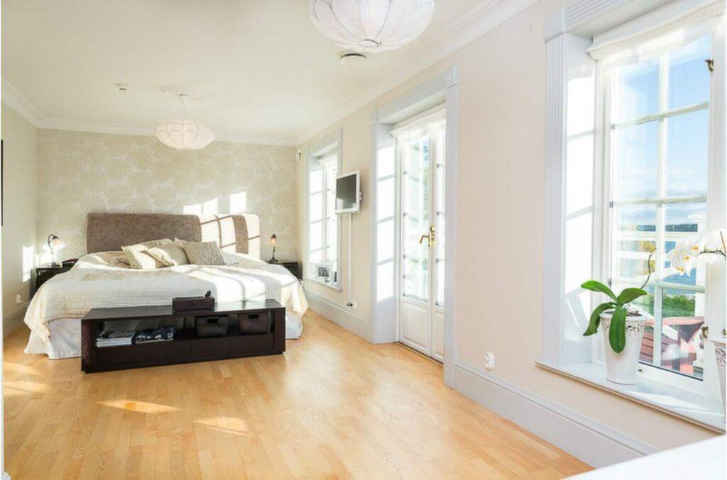I sovrummet kan du välja ett mjukare golv, medan till exempel kök, hall och barnrum bör ha ett hårdare, mer slitstarkt golv.