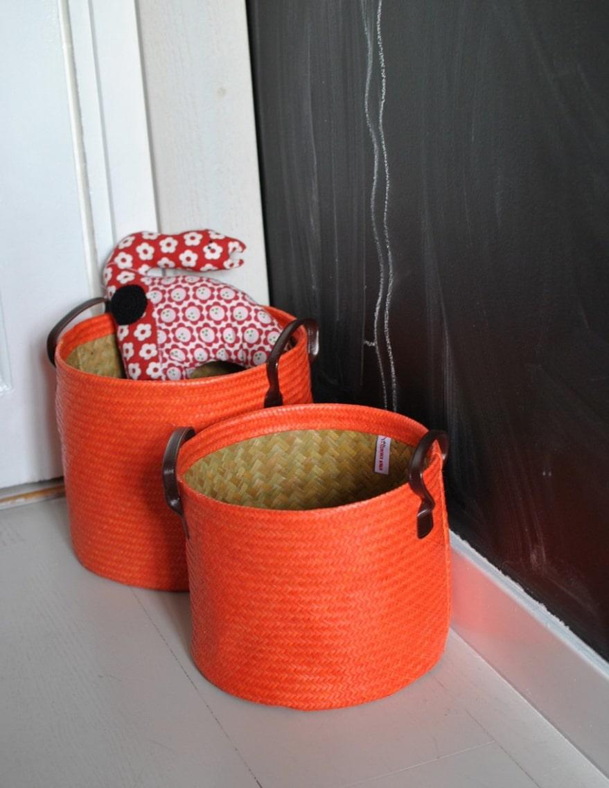 Färgstarka flätor Lite snyggare förvaring får man med flätade korgar i starka färger. Orange stor korg, 199 kronor, inmyhouse.se.
