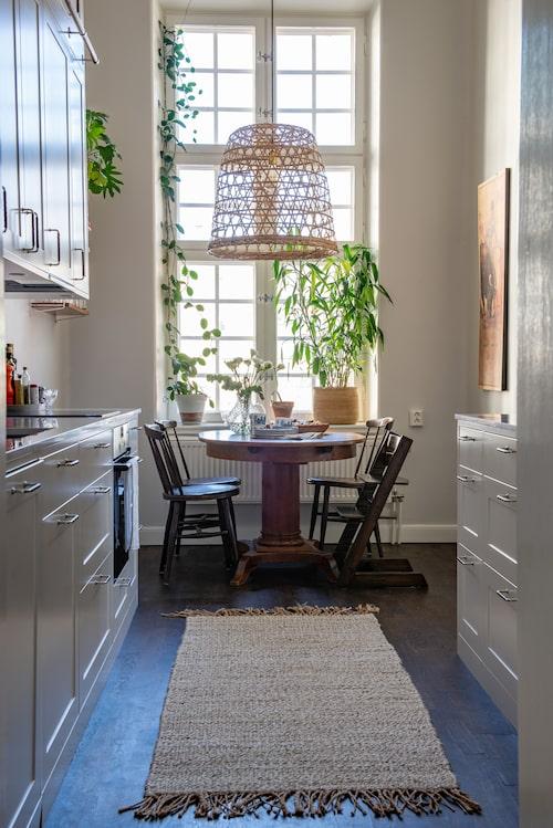 Köket är ett korridorkök, men tack vare de det stora fönstret med ett enormt ljusinsläpp känns det luftigt.
