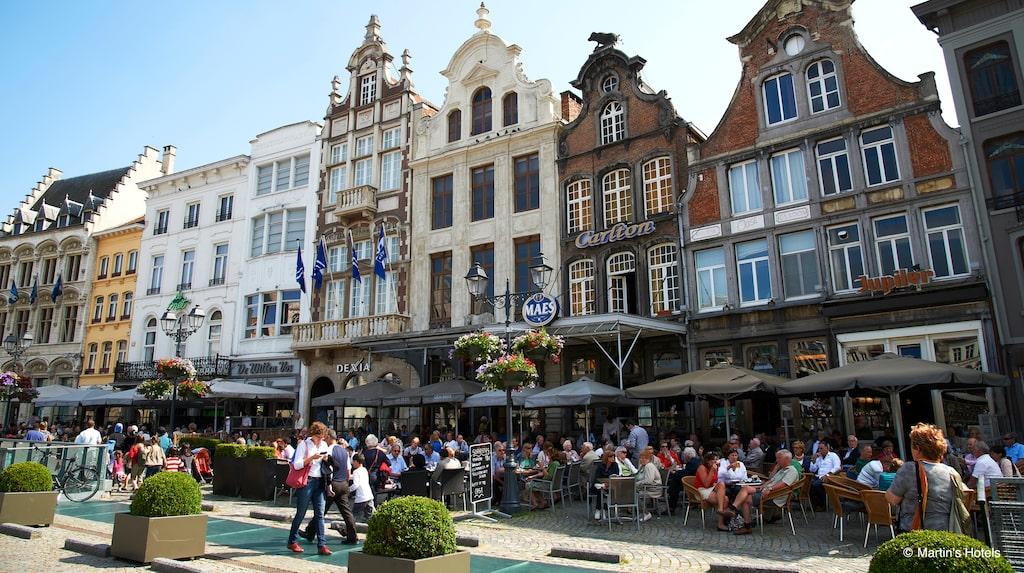 Tätt med uteserveringar vid Grote Markt, Stora torget, i Mechelen.