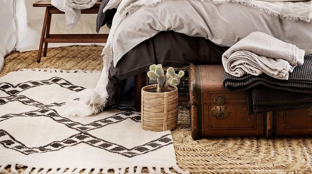 H&M Homes sommarkollektion bjuder på rustika sovrum inredda i ökentält.