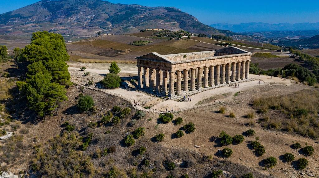 Tempel i Segesta med dramatisk natur och Medelhavet i bakgrunden.