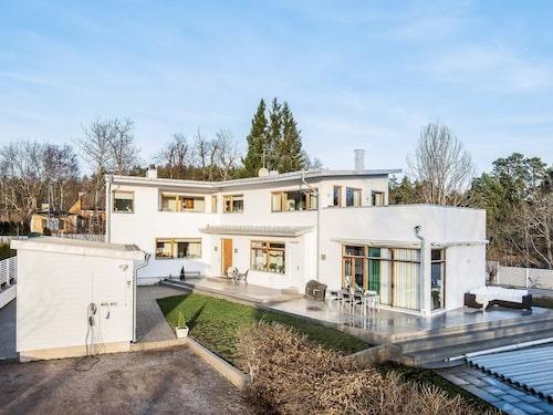 Huset på Lidingö har bland annat både spa, bastu och gym.