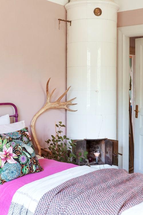 Flera lager av filtar och överkast pryder sängen och ger ett avslappnat intryck.