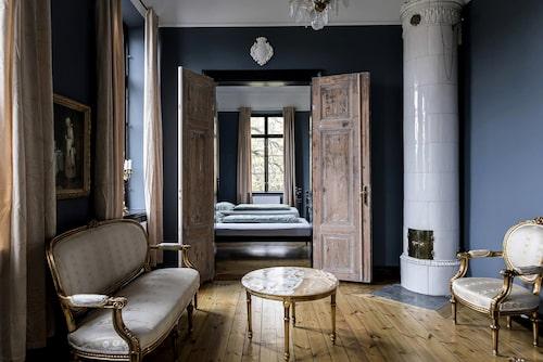 I huset finns charmiga detaljer som öppna spisar, gamla dörrar och trägolv.