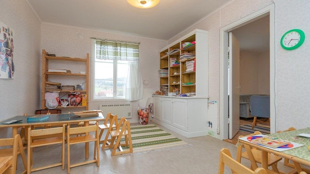 Förutom vaktmästarbostaden, en lägenhet på tre rum och kök, en trappa upp finns även ytterligare två rum att nyttja.