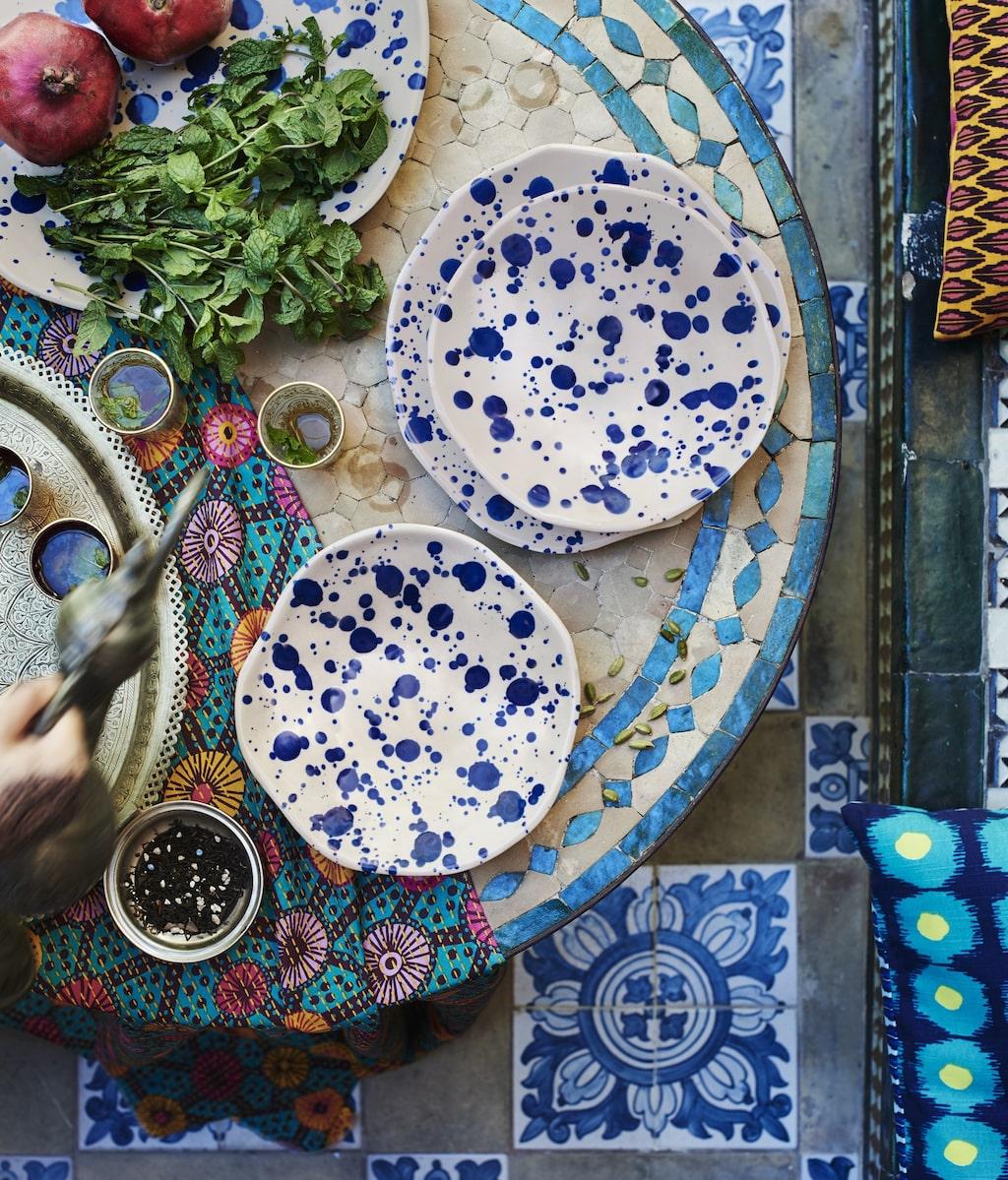 """Keramiken i """"Jassa"""" har stänk-glaserats för hand vilket gör att ingen är den andra exakt lik."""