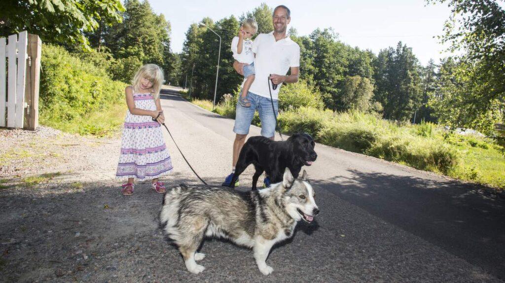 """<p><strong>Per Nyberg, 42, veterinär, Falun, med Majken, 4, och Kalle, 2 år:</strong><br>""""Vi är ute mycket och tvättar händerna ofta. Kalle har ändå blivit förkyld efter bara en vecka på förskola"""", säger Per.</p>"""