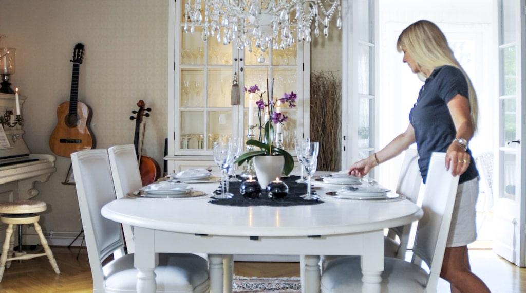 Mattan i matrummet köptes under en resa i norra Thailand. Takkronan är inköpt på Annorlunda möbler i Kållered, porslinet är Rörstrands serie Clair de lune och vinglasen Kosta Bodas Line.