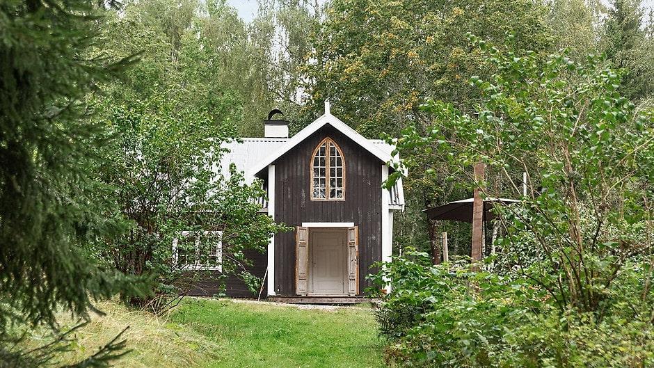 Det lilla torpet ligger magiskt vackert i skogen utanför Katrineholm.