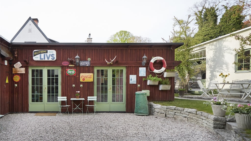 Här är gårdsbutiken eller kaféet, eller vad man nu vill använda det till, som ingår i köpet. Säljaren har haft det som kontor.