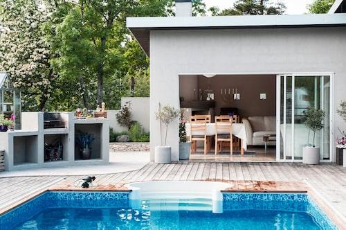 Poolen, uteköket och uterummet skapar en härlig oas. Grillen är platsmurad och egentillverkad av Jens.