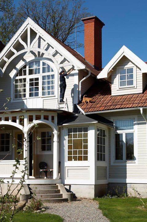 Se så fint huset blev! Här står Rebecca och finputsar fasaden