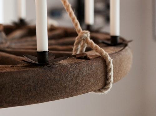 Andrea har gjort en takkrona med levande ljus av ett vagnshjul som hittades i gårdens drängstuga.