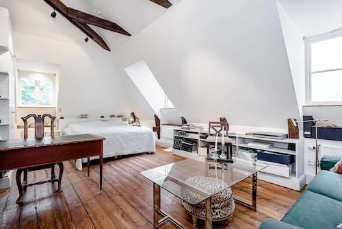 På övre plan ligger sovrum och vardagsrum i ett gemensamt rum.