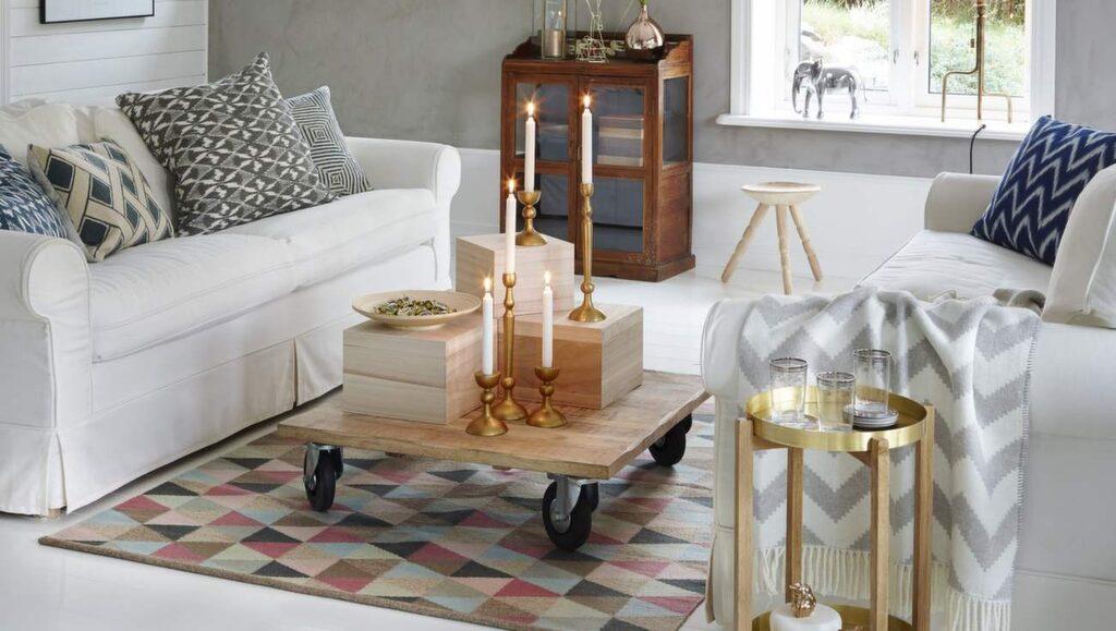 <p>Grått, mönstrat och varma metaller. Soffa Ektorp från Ikea. Soffbord från Granit. Matta Cirkus från Armadillo. <br></p>