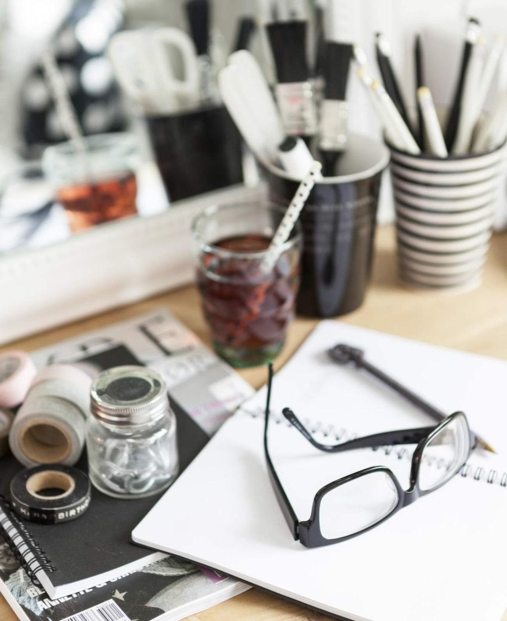 Arbetshörnet är välanvänt och vackert. Att rätta prov, skriva recept eller pyssla är en vardagssyssla för Jessica.