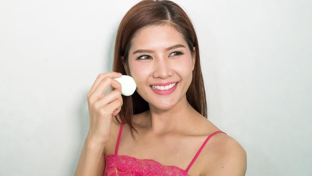 Hur rengör du din beautyblender? Med det här tipset går det på strax över en minut.
