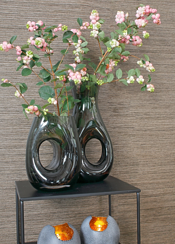 Grå glasvaser, 589/599 kr, Muurla. Ljuslykta Marrakech, svart/grå metall med gyllene insida, 249 kr, Posh Living.
