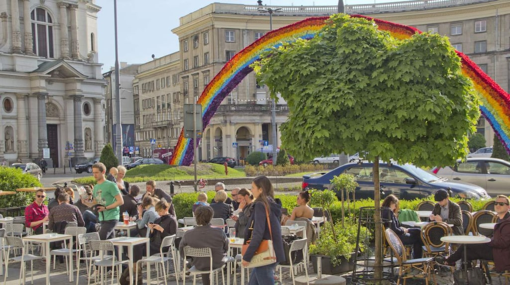 Solhäng. Torget Plac Zbawiciela kallas även Hipster Square. På solsidan är vinbaren Charlottes uteservering populär.